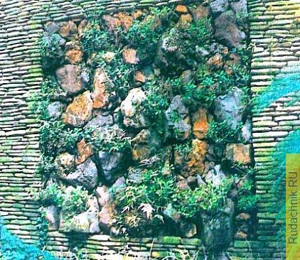 Декоративная стенка в саду.