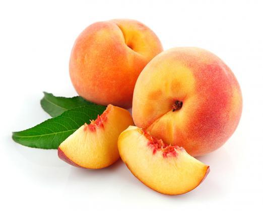 На фото - персики различных сортов.