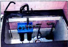 Стационарный двухкорпусной фильтр установлен под мойкой и готов к подключению к водопроводному разветвителю (тройнику)