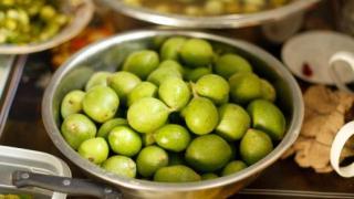 Зелёные грецкие орехи, фото